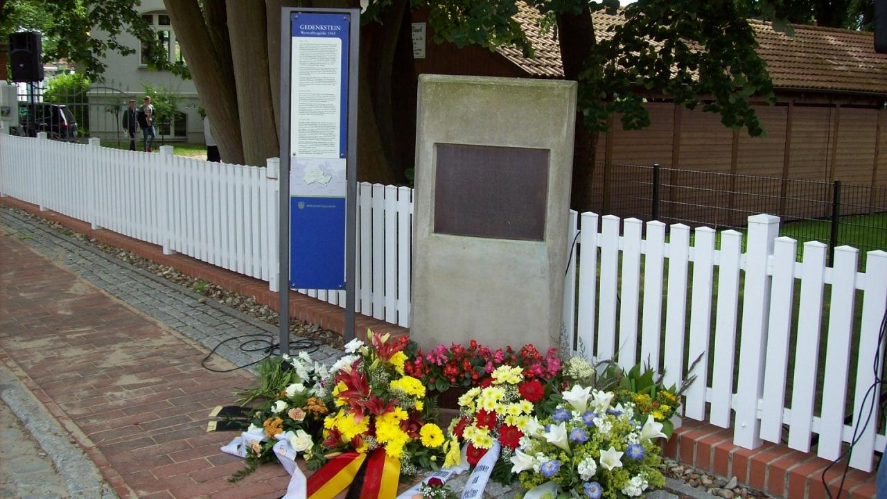 k-Gedenkstein mit Tafel und Kränzen-1